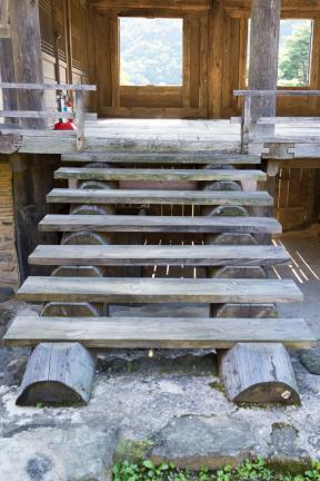 누각으로 오르는 나무 계단