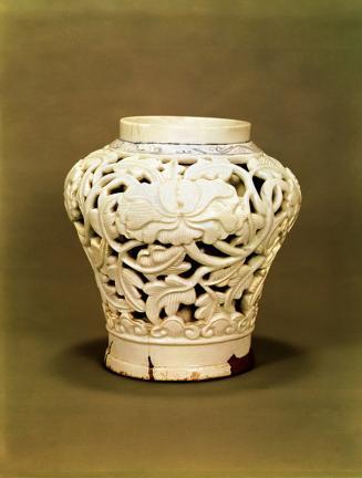 백자 청화투각모란당초문 항아리(白磁 靑畵透刻牡丹唐草文 立壺)