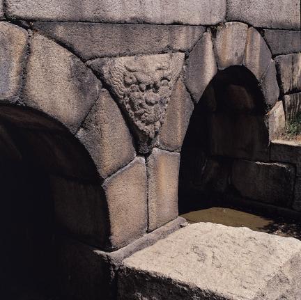 창경궁 옥천교 홍예틀 사이 삼각형 공간의 귀면 조각