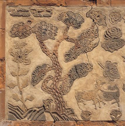 굴뚝벽 중앙부분의 소나무 무늬
