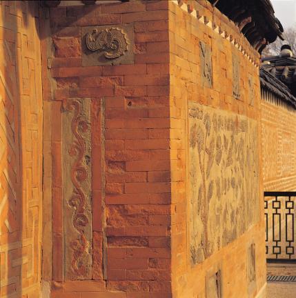 굴뚝벽 측면의 박쥐문과 덩쿨무늬