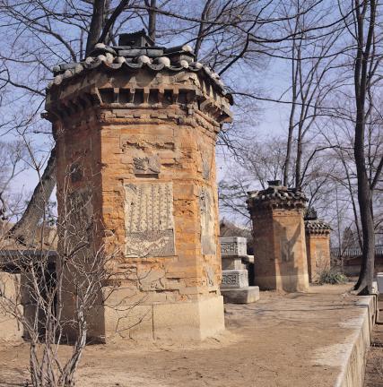 덩쿨무늬와 봉황, 매화와 대나무, 벽사상이 보이는 굴뚝 벽