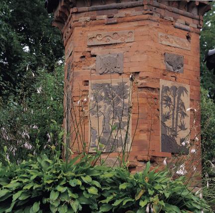 덩쿨무늬, 나비무늬, 학, 소나무, 대나무, 벽사상이 보이는 굴뚝 벽