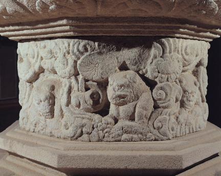 석조비로자나불좌상 대좌 중대석의 구름과 사자 조각
