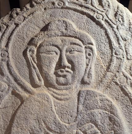 긴 코와 두툼한 입술이 돋보이는 여래입상의 얼굴 모습