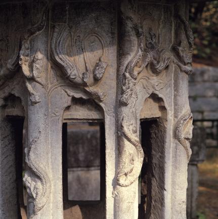 석등 화사석 기둥의 번룡조각과 화두형 화창 및 벽면의 비천상 조각