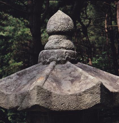 석등의 옥개석 및 노반과 보주