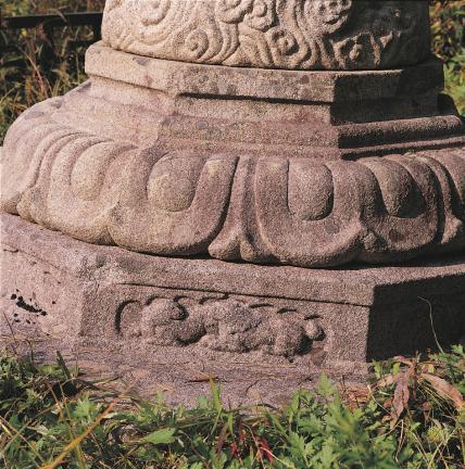 기단부 하대의 복련석과 무늬곽(쌍사자)