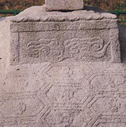 탑비 귀부의 6각형 귀갑과 비좌의 구름무늬