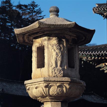 석등 화사석의 사천왕상 조각과 화창