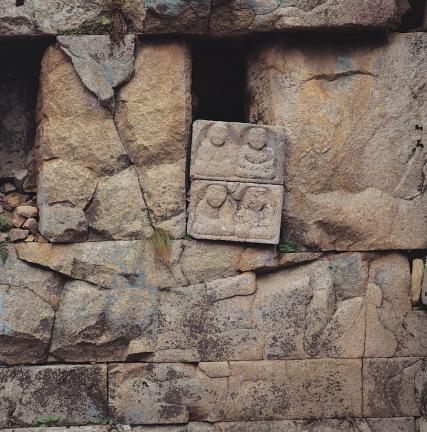 주실 벽면 감과 봉안된 조각