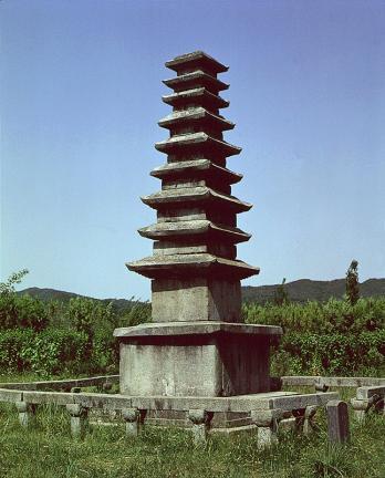 정산서정리구층석탑 측면 사진
