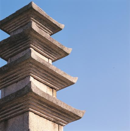 옥개석의 층급받침 및 모서리 반전