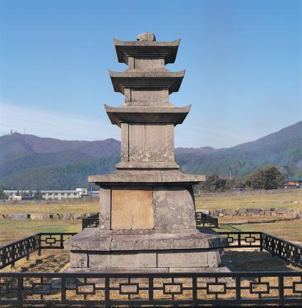 보령 성주사지 중앙 삼층석탑  정면 사진