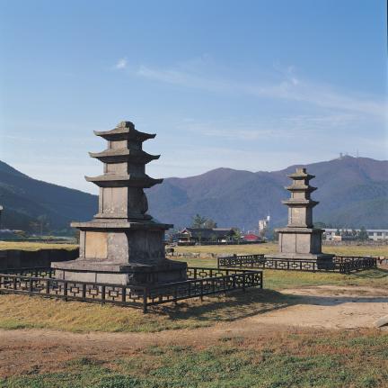 멀리서 바라본 보령 성주사지 중앙 삼층석탑