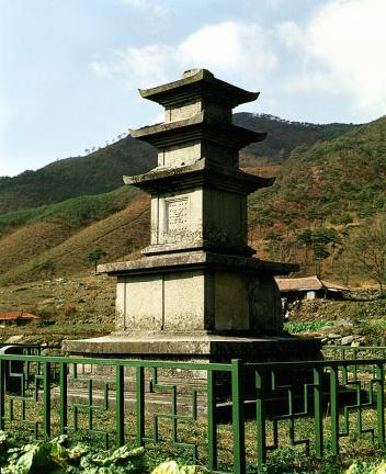 성주사지중앙삼층석탑 측면 사진