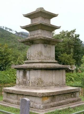 성주사지중앙삼층석탑 측면 확대 사진