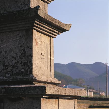 1층 탑신의 문비와 옥개석