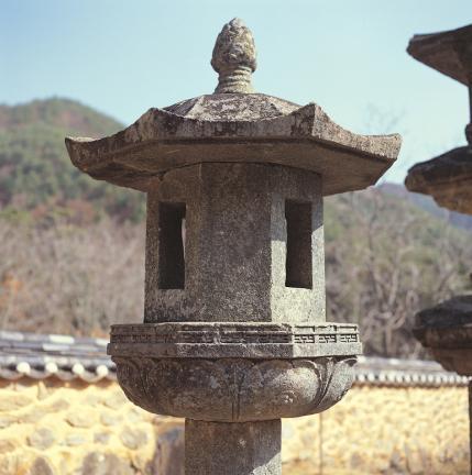 석등 앙련석과 화사석 및 옥개석