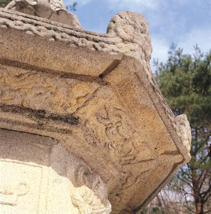 옥개석 하부 조각(비천상)