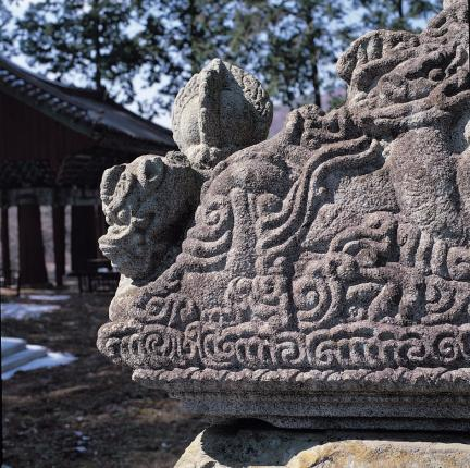 비 이수 모서리의 운룡 조각과 보주