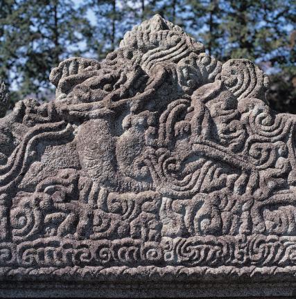 비 이수 배면 중앙의 운룡 조각