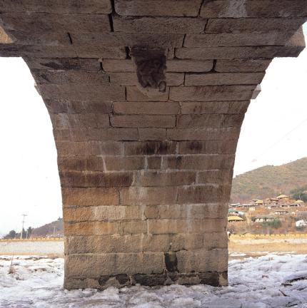 홍교 홍예틀 홍예천장 내부 및 거꾸로 매달린 용두석