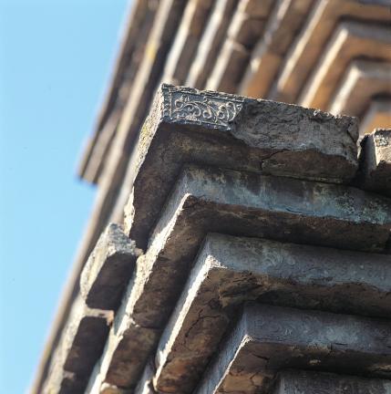 옥개받침 및 모서리 문양전