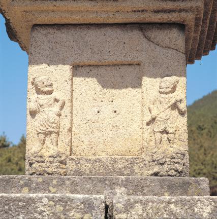 초층탑신의 문비와 인왕상