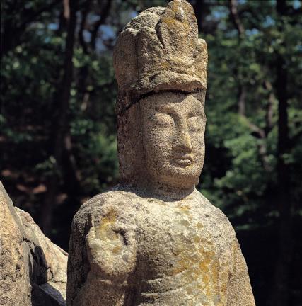 사면 석주 서면의 아미타삼존불 중 좌협시보살상