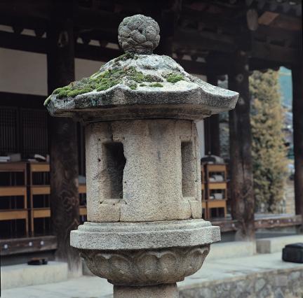 석등 앙련석 및 화사석과 옥개석