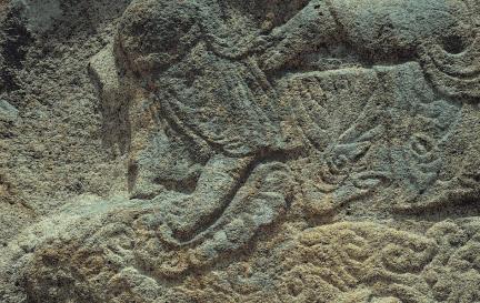 마애보살반가상의 연꽃무늬 족좌 위의 발 모습