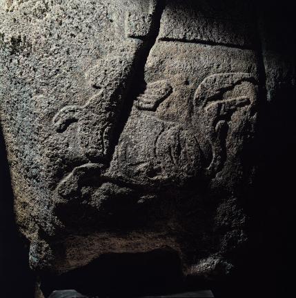 바위 북면 쌍탑조각 아래쪽의 동물 조각상