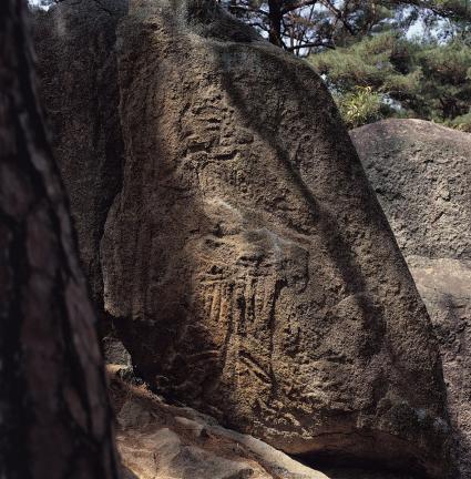 바위 남면 왼쪽 끝부분의 신장상