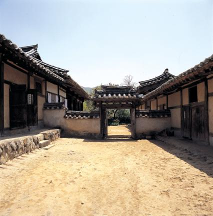 충효당 의 일각문(안채 중문밖 마당으로 통하는 문)