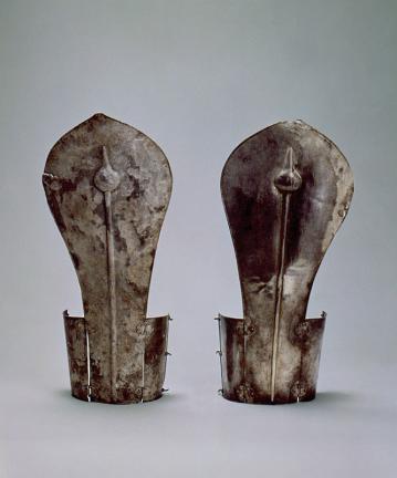 황남대총 남분 은제 팔뚝가리개(皇南大塚南墳 銀製肱甲)