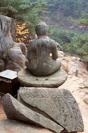 경주 남산 삼릉계 석조여래좌상(배면)
