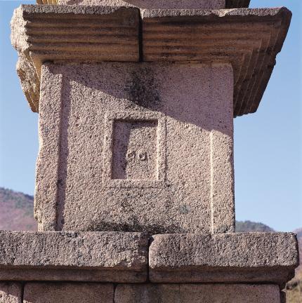 초층탑신 동면의 문비장식