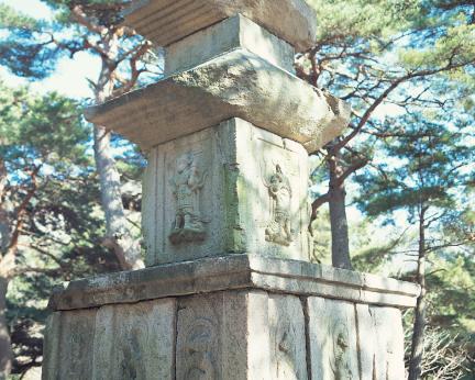 동 삼층석탑의 기단부와 탑신부 조각상