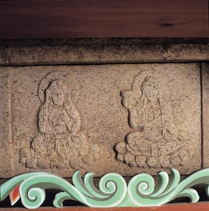 여래좌상 대좌 중대석 각 면의 보살상 조각
