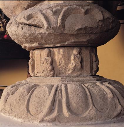 중대석의 조각이 선명한 여래좌상 대좌