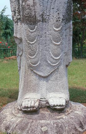 거창양평동석조여래입상(하반신)
