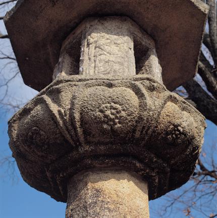연판 내부에 꽃무늬가 장식되어 있는 석등 앙련석