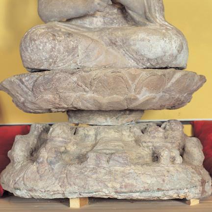 11마리의 사자가 부처를 향해 오르고 있는 듯 한 불좌상의 대좌 하대