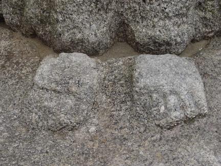 불신과 별도로 대석위에 조각되었 있는 두 발