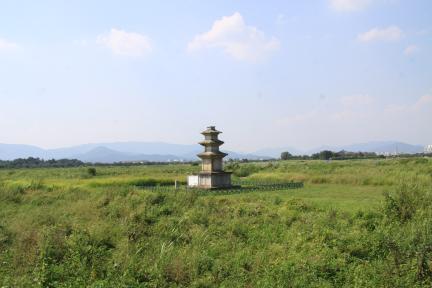 경주 미탄사지 삼층석탑 전경