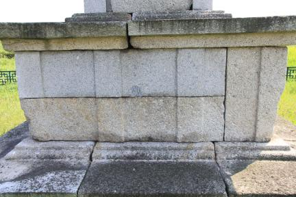 경주 미탄사지 삼층석탑 기단부 배면