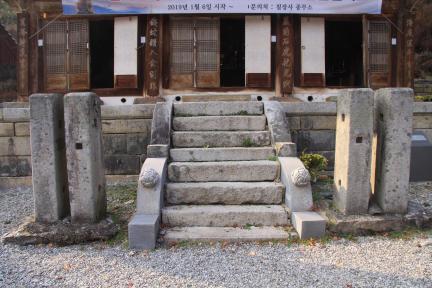 안성 칠장사 대웅전 계단과 괘불대